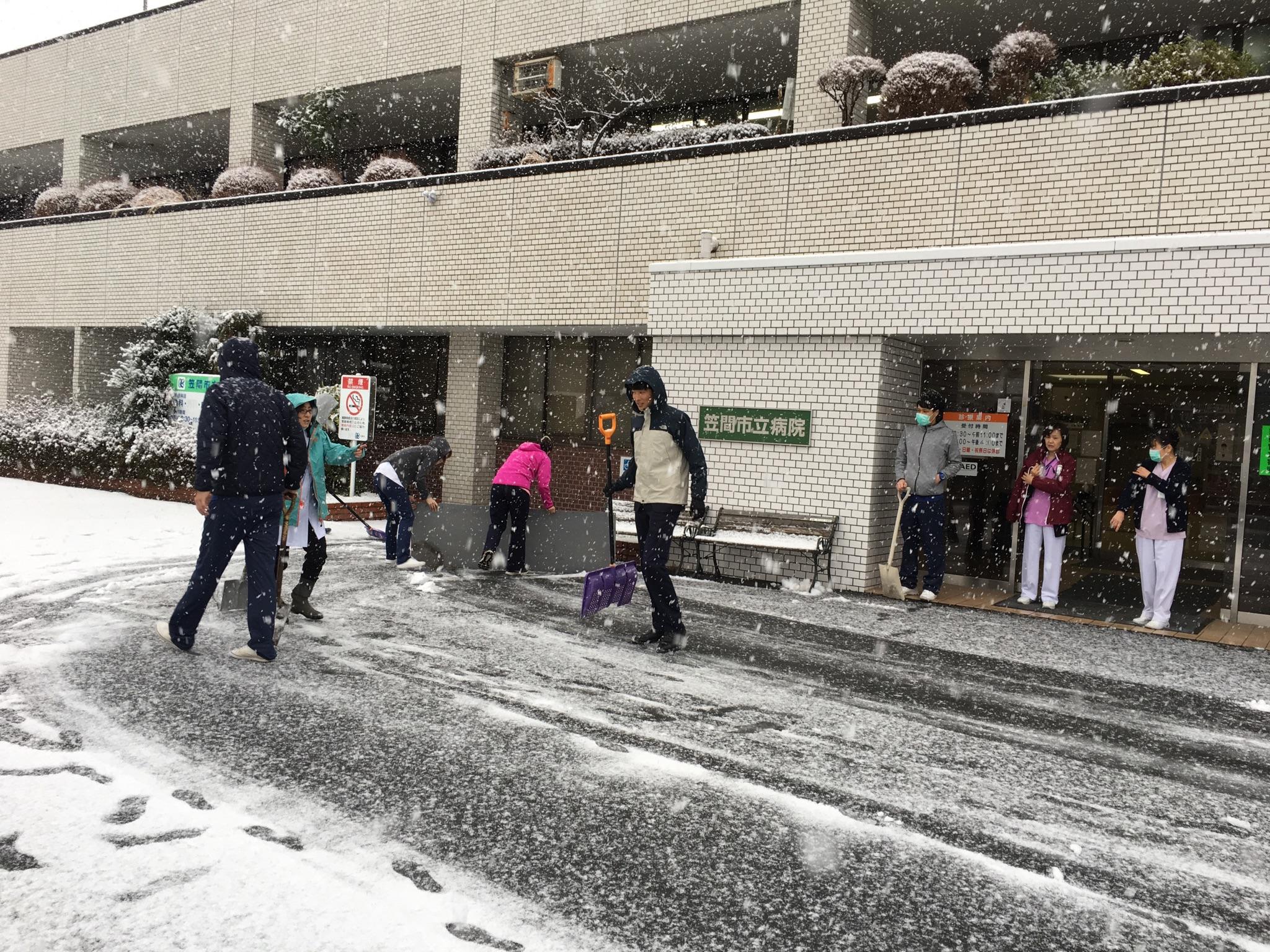 画像:病院駐車場の雪かきの様子です