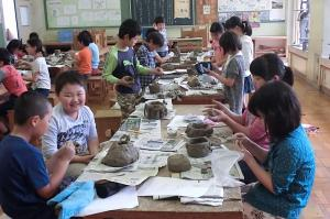 『岩間第一小学校陶芸教室の様子』の画像