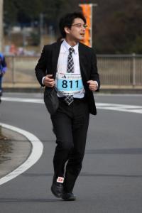 『スーツで走るランナー』の画像
