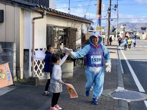 『ドラえもんの仮装ランナーとハイタッチ』の画像