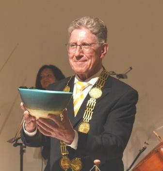 『井上さんの鉢を受け取るミュラー市長』の画像