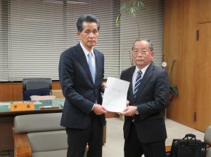 笠間市長と遠藤委員長(提言書)