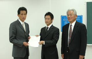 佐川委員長から報告書を受け取る山口市長の写真