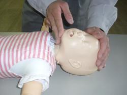 乳児の気道確保の要領